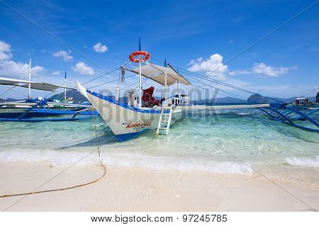 Boats waiting for tourists to travel between the islands in El Nido