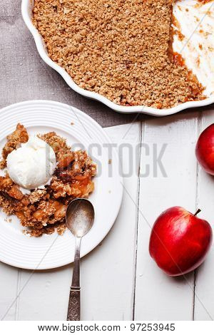 apple crumble with ice cream