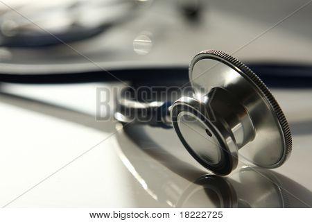 Schönes Stethoskop mit Reflexion und blau färben