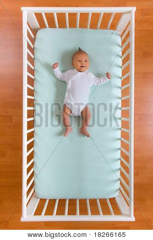 la vista superior del bebé en la cuna