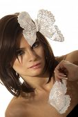 Постер, плакат: Портрет молодой женщины с белой бабочки