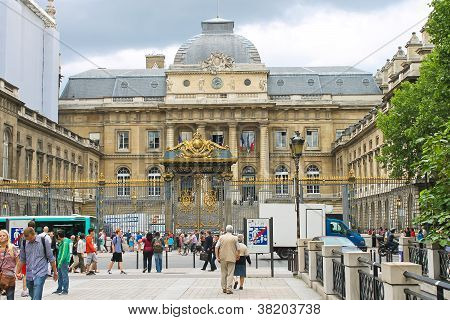 Tourists And Parisians In Front Of Palais De Justice Paris, France