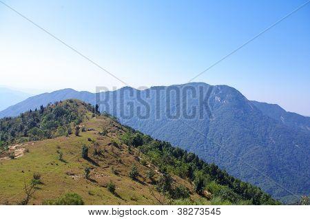Landschap op mountaintip met grote greensward