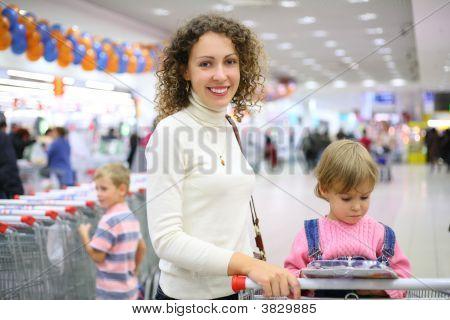 Madre con hijos en tienda