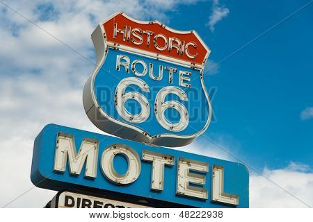 Historische route 66 motel teken in Californië