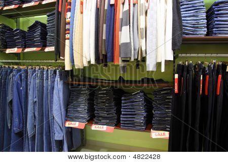 Estantes y estantes con ropa en tienda