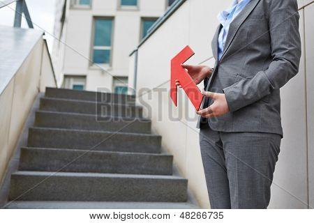 Flecha roja apuntando hacia las escaleras hacia arriba