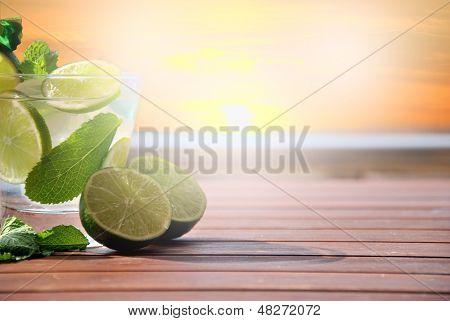 Cocktail Mojito no pôr do sol
