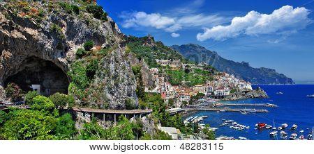 pintoresca costa de Amalfi, vista panorámica con cueva y serpentine road