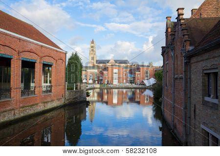Sint Salvatorskathedraal over canal, Bruges