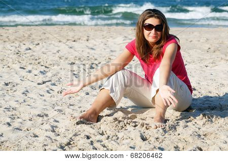 Gesticulating woman on the beach
