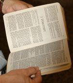 Постер, плакат: Руках открытое Библии