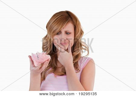 Mulher confusa sobre seu piggybank quebrado