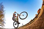 Постер, плакат: Мальчик будет воздухе с его велосипед