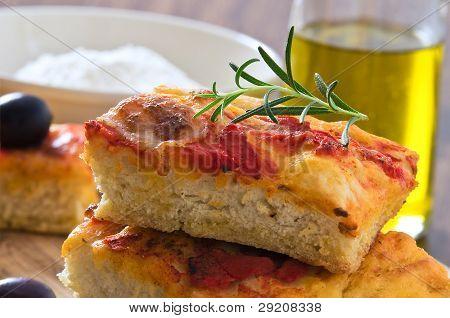 Focaccia mit Tomaten und schwarzen Oliven.