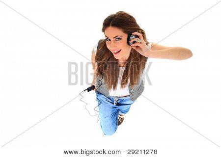 Schöne Frau mit Kopfhörern, sie ist in der Draufsicht Musik hören