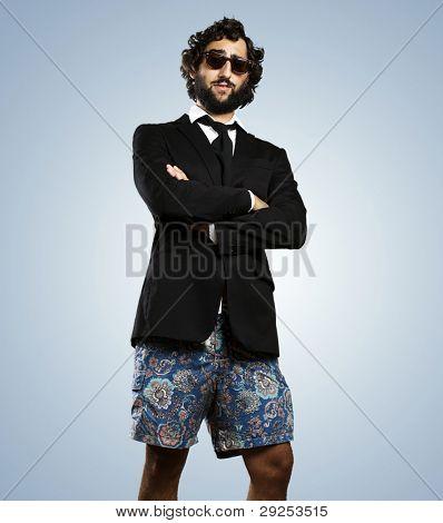 Porträt von einem jungen Geschäftsmann tragen eine Badehose vor einem blauen Hintergrund