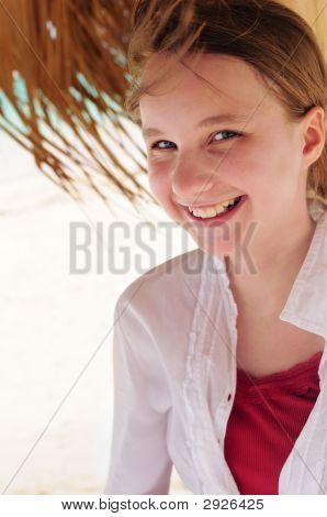 Jovem na Praia Tropical