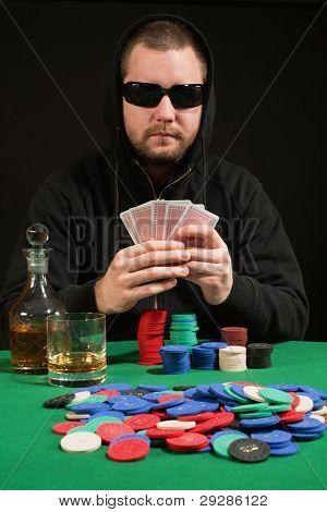 Poker-Spieler mit Sonnenbrille