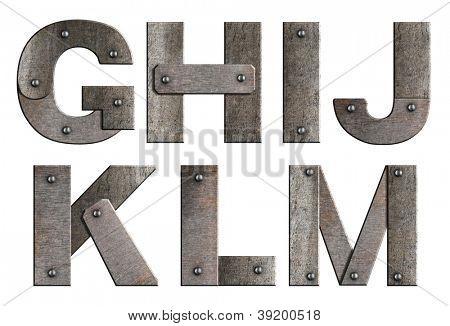 Velho grunge metal letras do alfabeto isoladas em branco. De G a M.