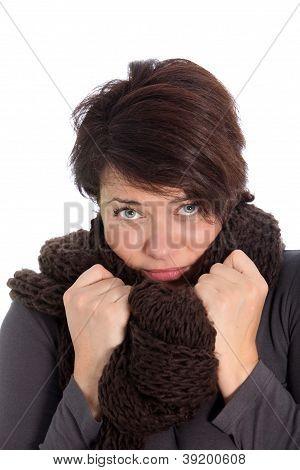 Infeliz mulher que sofre de frio