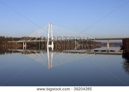 Un moderno puente cruza un río.