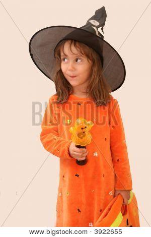 Linda chica en traje de bruja