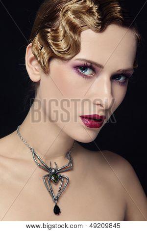 Retrato de una bella mujer con collar gótico peinado y araña retro