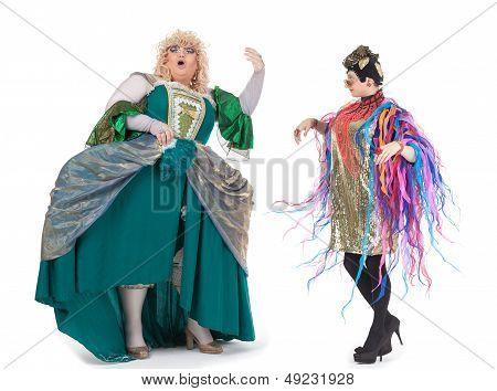Dos travestis divirtiéndose realizando juntos