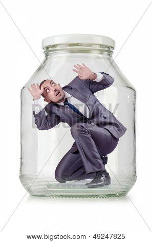 Jovem empresário em frasco de vidro