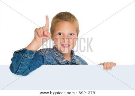 Niño rubio, con ojos azules, apuntando hacia arriba