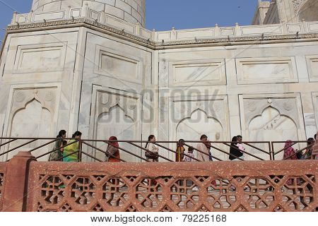 People in raw waiting the entrance to The Taj Mahal