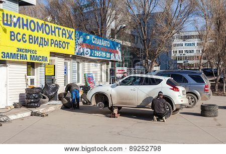 Mass Replacement Of Automobile Wheels Winter To Summer In Samara, Russia