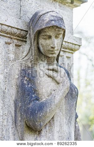 Femal Statue As A Grave Stone