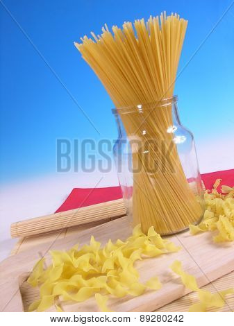 Raw spagetti in jar - studio soht