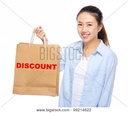 Young woman with shopping bag ans showing a word discount