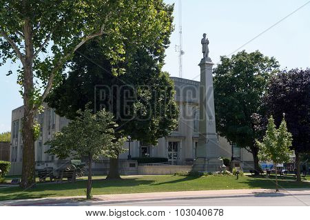 Civil War Monument and Grundy County Courthouse