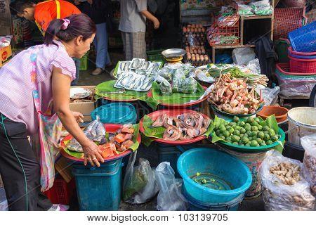 CHIANG MAI, THAILAND, DECEMBER 30, 2015 : Kaffir lemon, galanga and seafood sellers in the Talat Pratu market at the south gate in Chiang Mai, Thailand