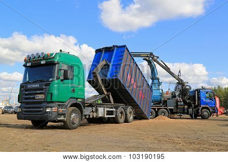 Scania R580 Woodchip Truck With Woodchipper