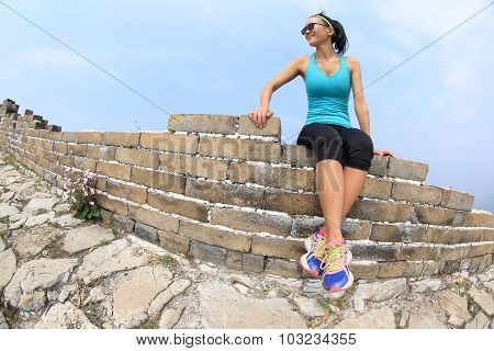 ftiness woman runner sit on great wall