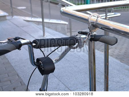 Handcuffs as bicycle theft protection