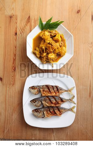 fried kembung fish and turmeric chicken