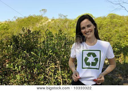 Vestindo uma camiseta de reciclagem de voluntários
