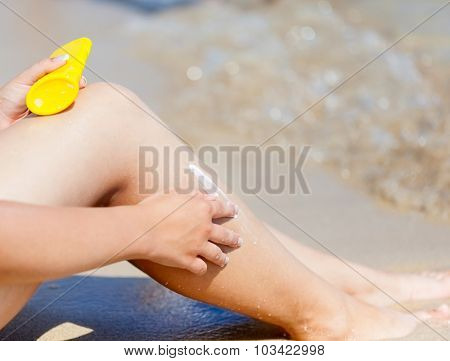 Sun protection cream on the leg