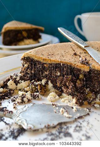 Poppy seed cream pie with raisins and walnuts