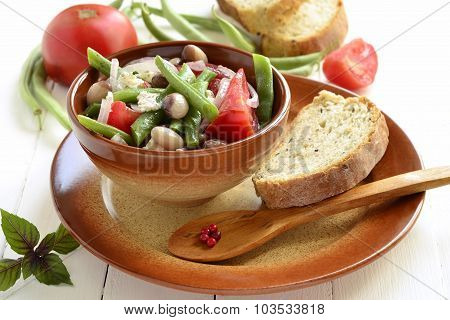 Bean salad with tomatoes, green beans and feta