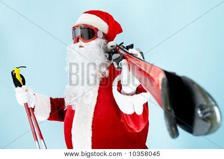 Santa mit den Skiern