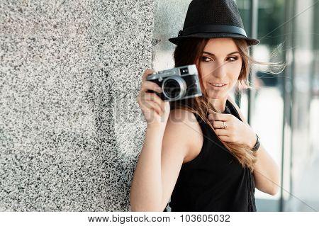 Girl  Photographs  With The Mirrorless Digital Camera