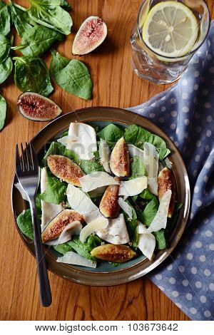 Salad with figs and ham