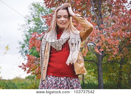 Stylish girl spending weekend day in park